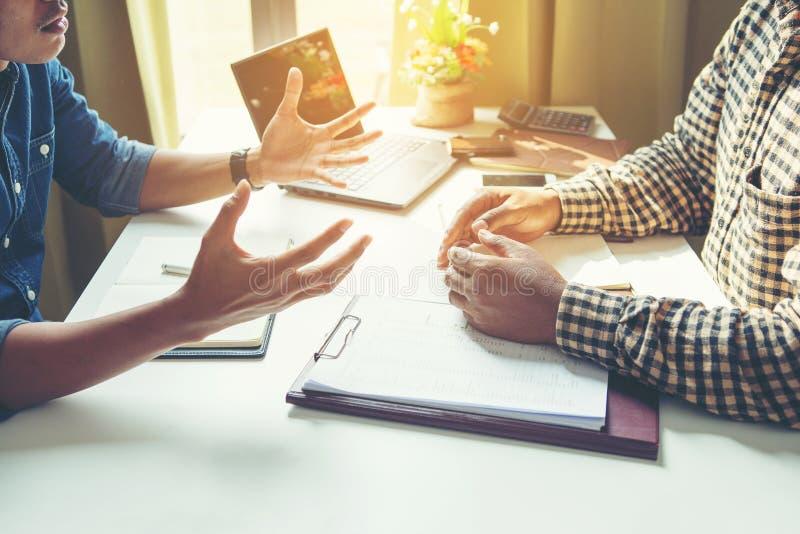在谈话中的商人与工友 库存照片