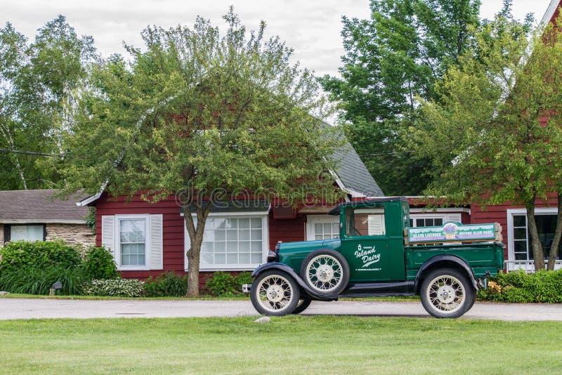 在谷仓前面的经典卡车 免版税库存图片