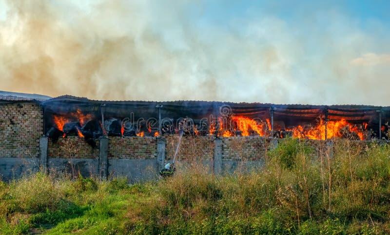 在谷仓的火有秸杆的 库存照片