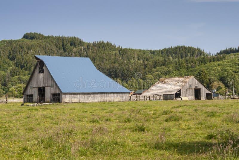 在谷仓的蓝色屋顶 免版税库存图片