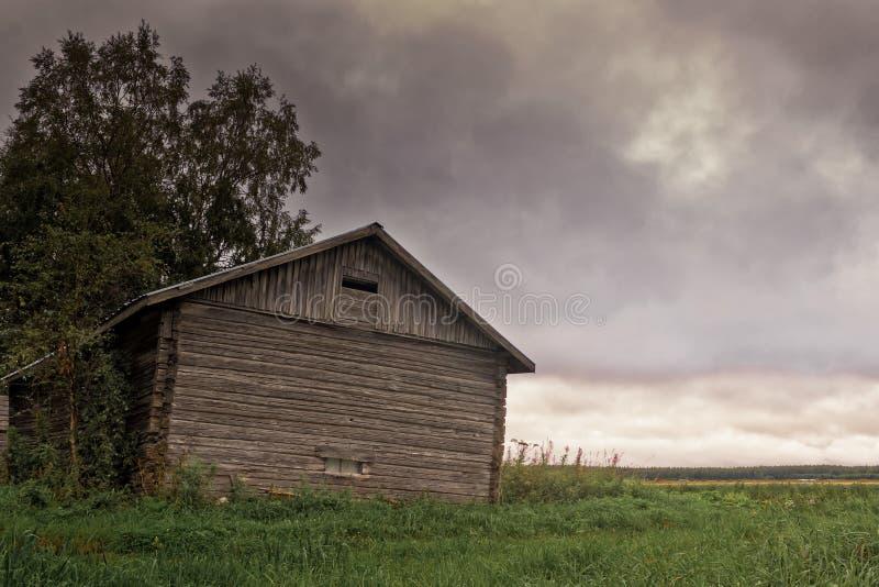 在谷仓议院的剧烈的云彩 库存图片