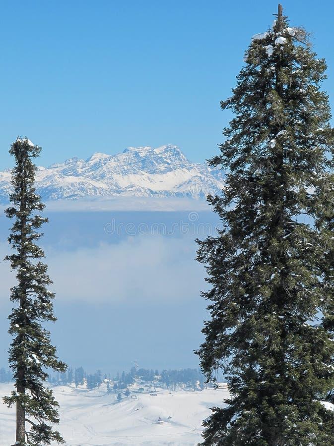 在谷的山景和喜马拉雅南迦帕尔巴特峰锐化 免版税库存图片