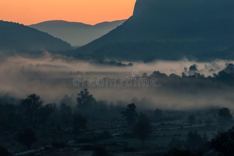 在谷的日出,在谷的雾,五颜六色的日出 库存图片
