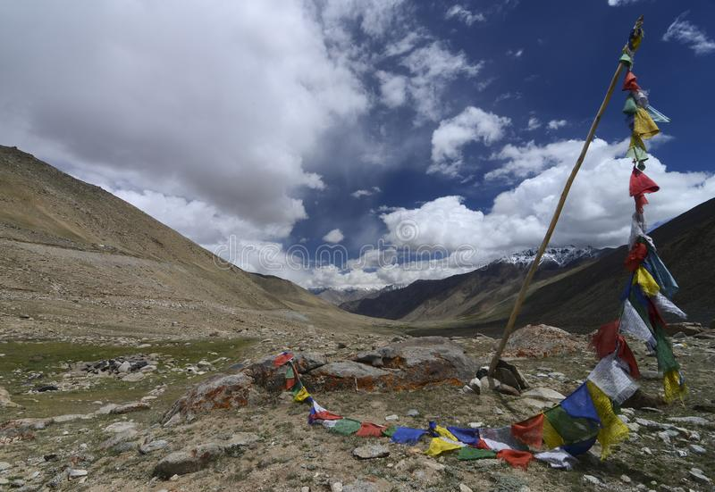 在谷的祷告旗子在Khardungla附近传递方式到Nubra谷 库存图片