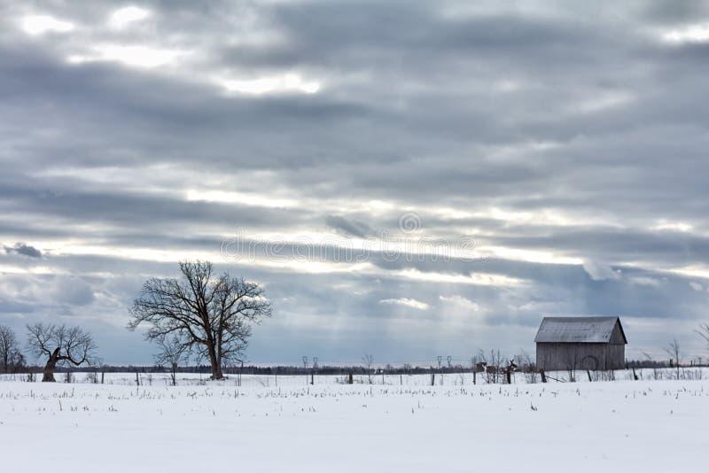 在谷仓上的多云天空 免版税库存图片