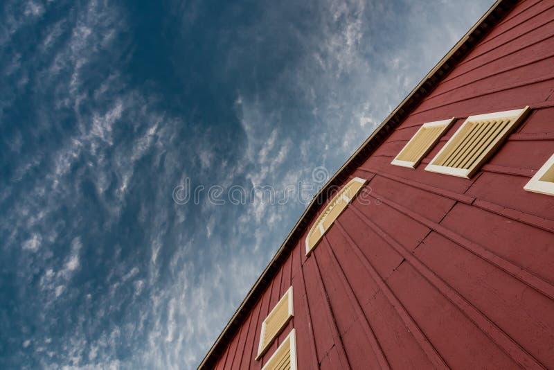 在谷仓墙壁上角度图的深蓝天  免版税库存图片