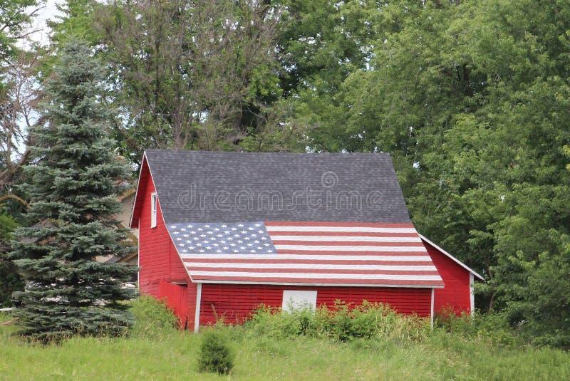 在谷仓屋顶的美国国旗 图库摄影
