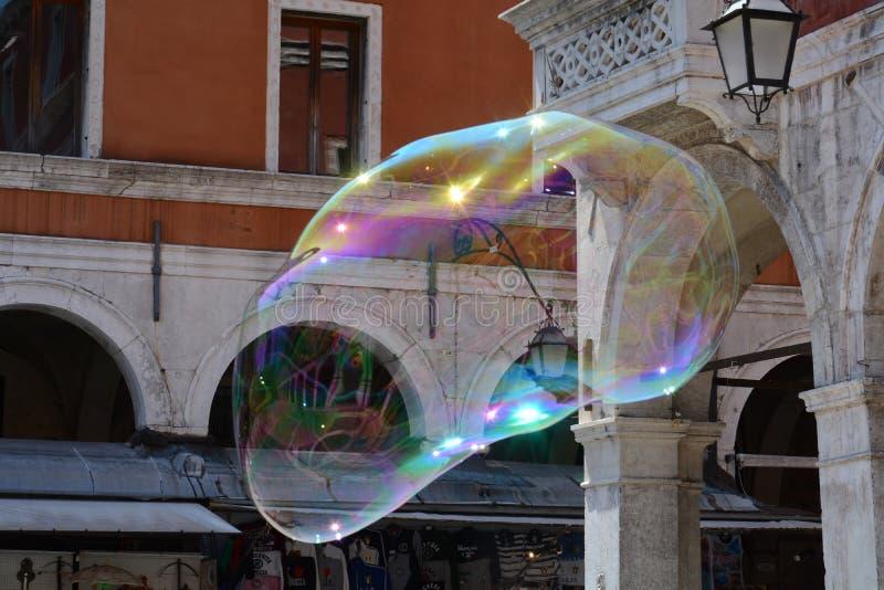 在象外籍人的肥皂泡的威尼斯式柱子 库存照片