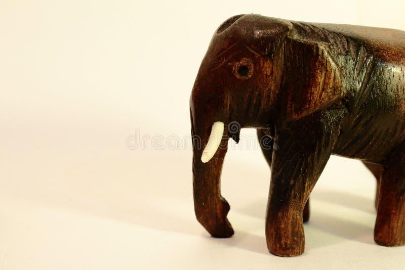 在象牙背景的大象小雕象 免版税库存图片