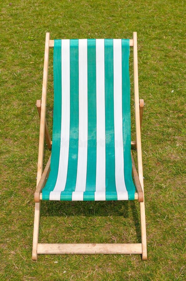 在象草的草坪的帆布deckchair在夏天。 免版税库存照片