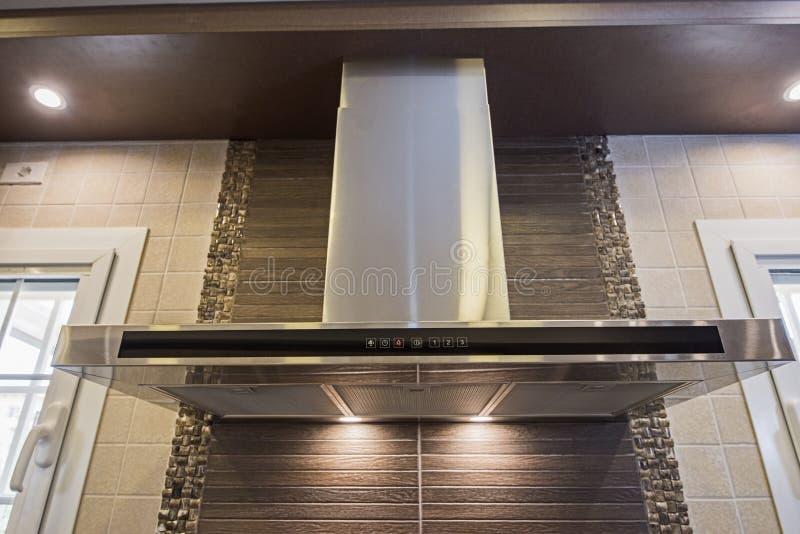 在豪华公寓的现代厨房烹饪器材敞篷 免版税库存照片