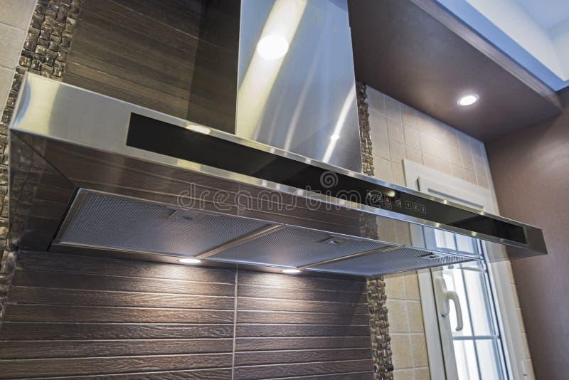 在豪华公寓的现代厨房烹饪器材敞篷 库存照片