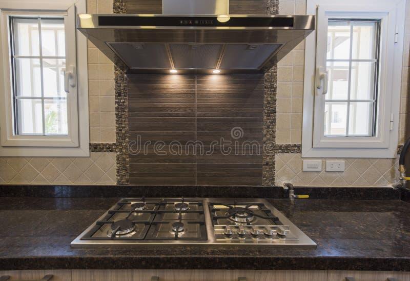 在豪华公寓的现代厨房烹饪器材滚刀 库存图片