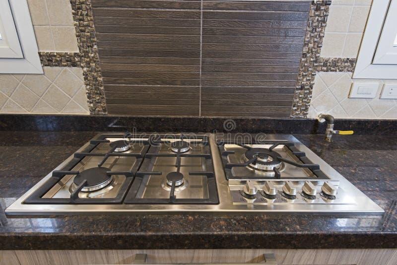在豪华公寓的现代厨房烹饪器材滚刀 免版税库存图片