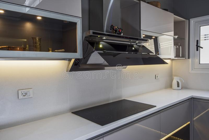 在豪华公寓的现代厨房烹饪器材设计 库存图片