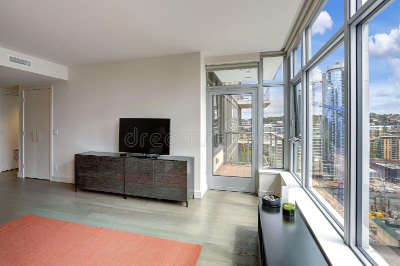 在豪华公寓的现代客厅内部 免版税库存图片