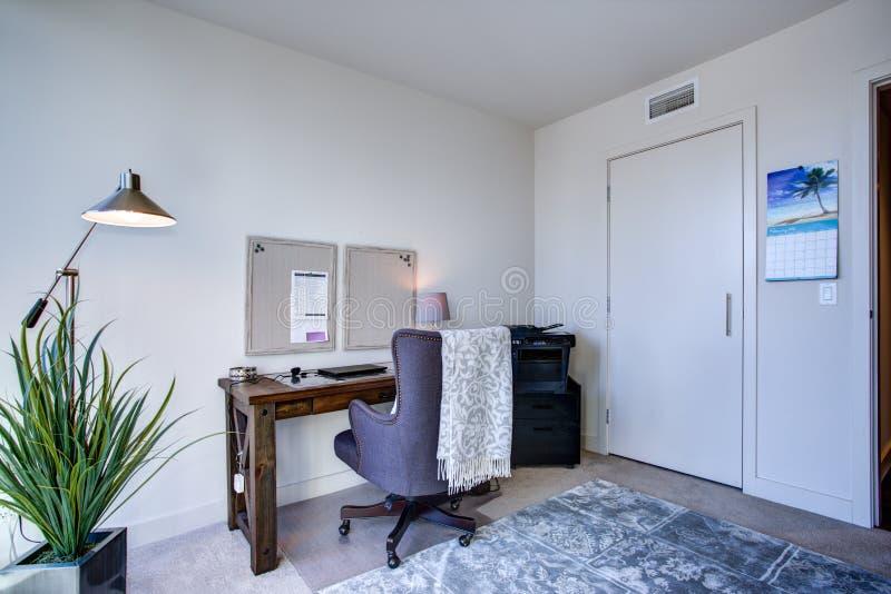 在豪华公寓的白色家庭办公室内部 免版税图库摄影
