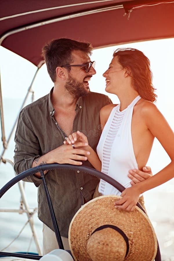 在豪华小船的浪漫夫妇享用 免版税库存图片