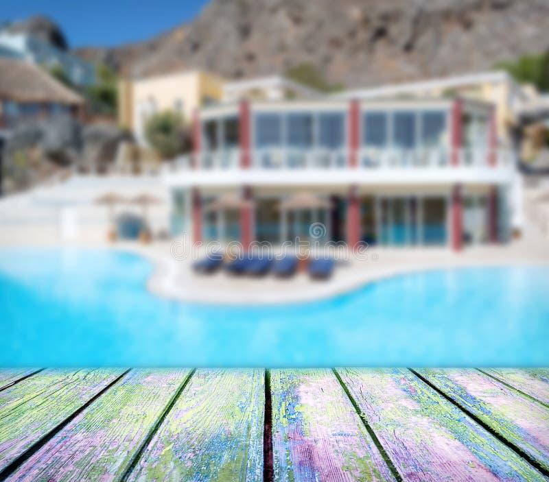 在豪华旅馆前面的木甲板有水池的 库存图片