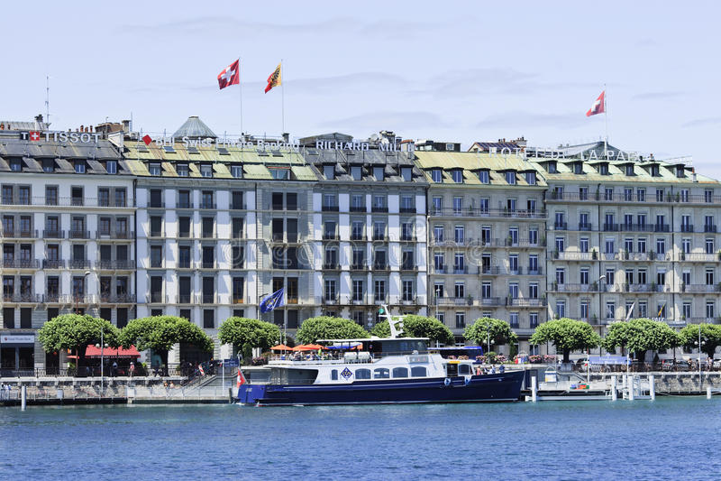 在豪华旅馆前面的被停泊的巡航小船,日内瓦,瑞士 免版税库存图片