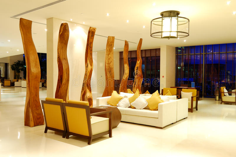 在豪华旅馆大厅的放松椅子  免版税库存图片