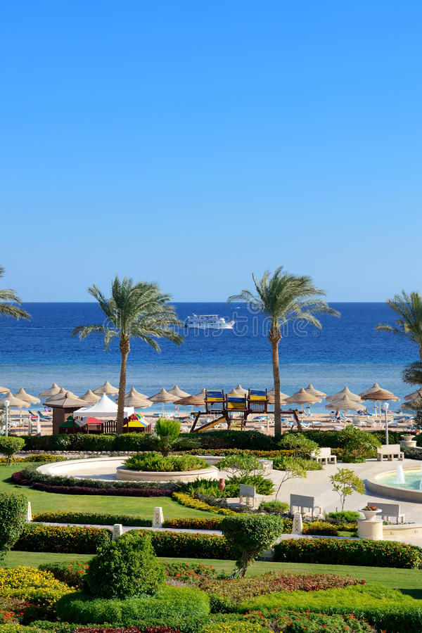 在豪华旅馆开汽车游艇和海滩 免版税库存照片