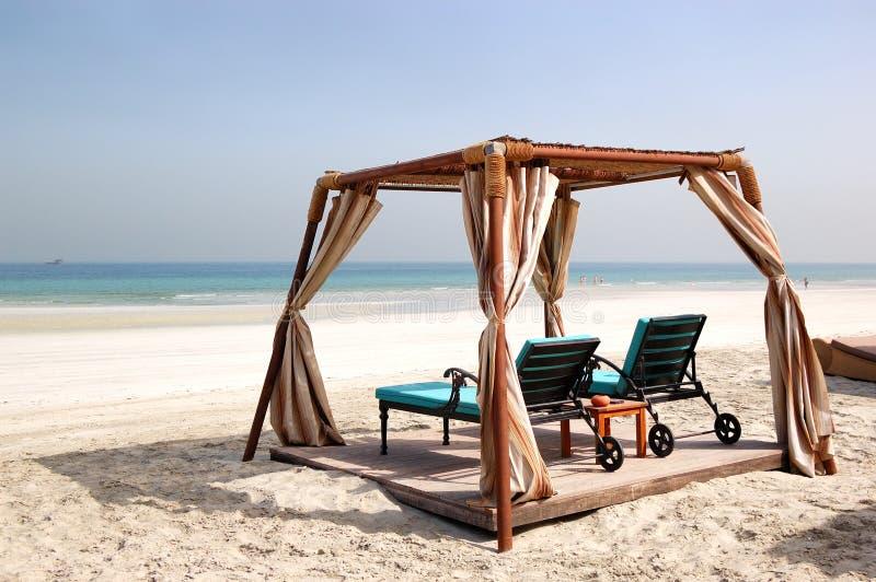 在豪华旅馆海滩的小屋  免版税库存照片