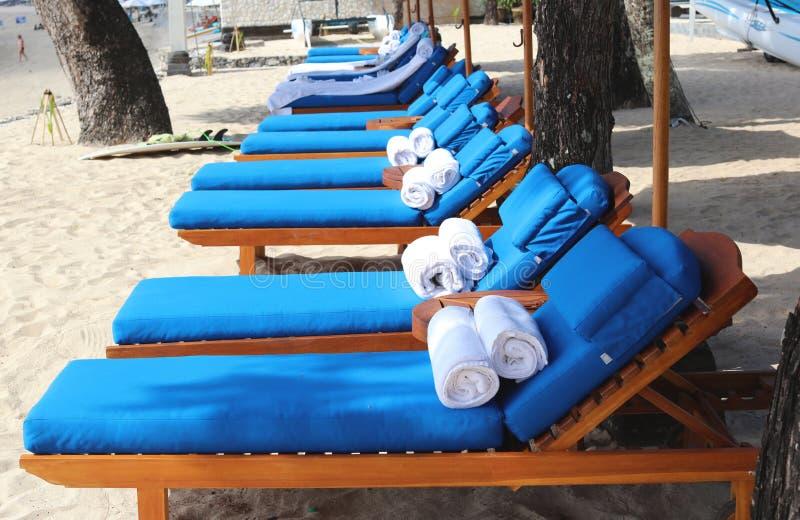 在豪华海滩胜地的松弛椅子 库存照片