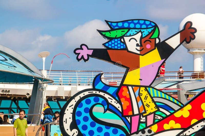 在豪华游轮的明亮色雕象 免版税库存照片