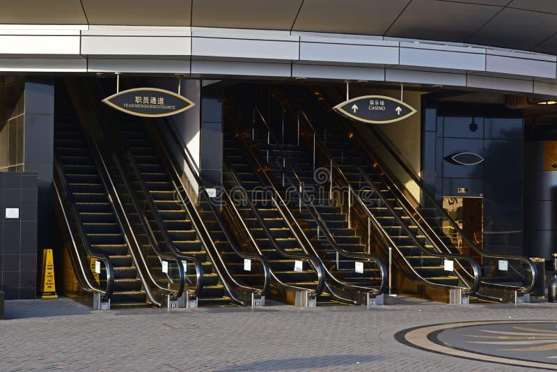 在豪华赌博娱乐场霍尔的入口的多个高长的自动扶梯 免版税库存照片