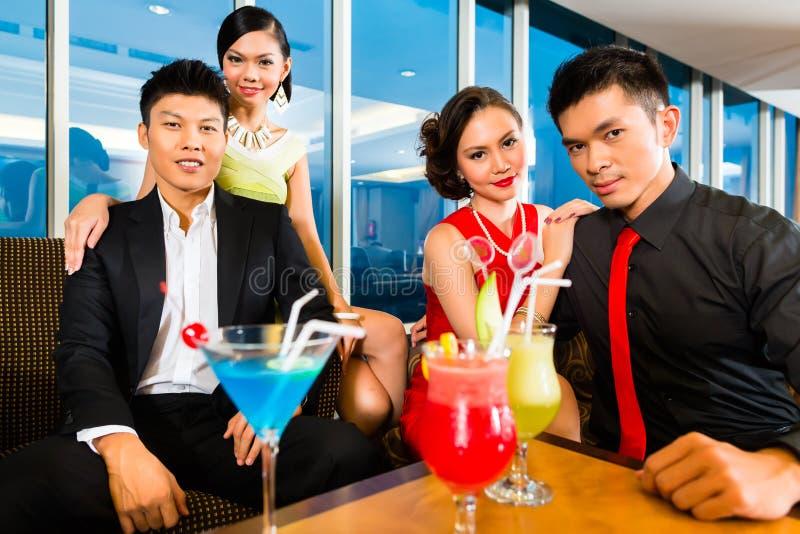 在豪华鸡尾酒酒吧的中国人民饮用的鸡尾酒 免版税库存照片