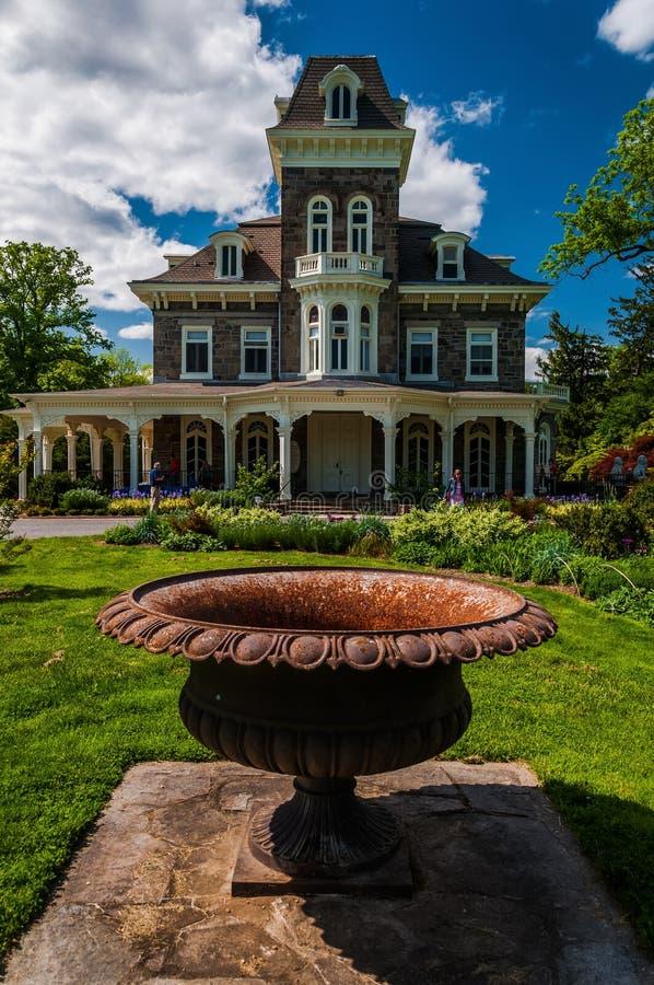 在豪宅前面的缸在Cylburn树木园,巴尔的摩, 3月 库存图片