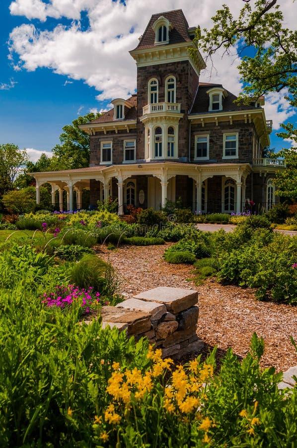 在豪宅前面从事园艺在Cylburn树木园,巴尔的摩 免版税库存照片