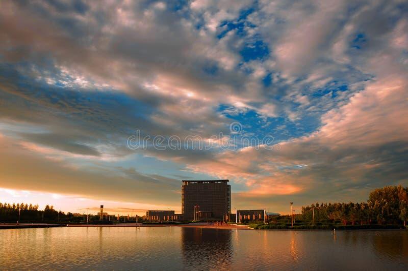 Download 在豪宅的日落 库存照片. 图片 包括有 城市, 反映, 东部, 云彩, 横向, 蓝色, beautifuler - 30337794