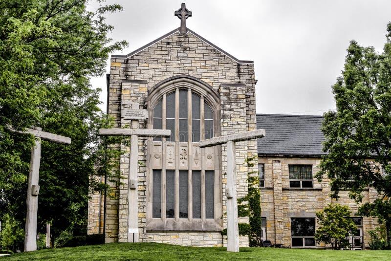 在贝克纪念品团结的卫理公会的三个十字架在圣查尔斯,伊利诺伊 图库摄影