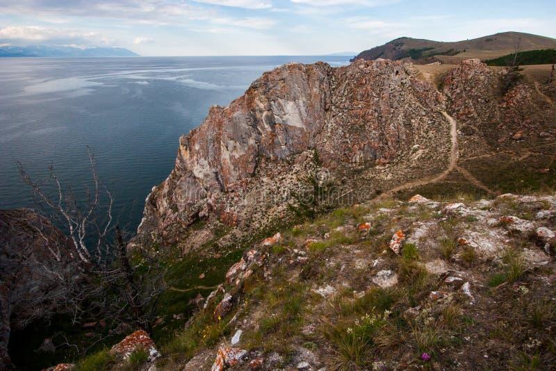 在贝加尔湖岸的一个大岩石  免版税库存图片