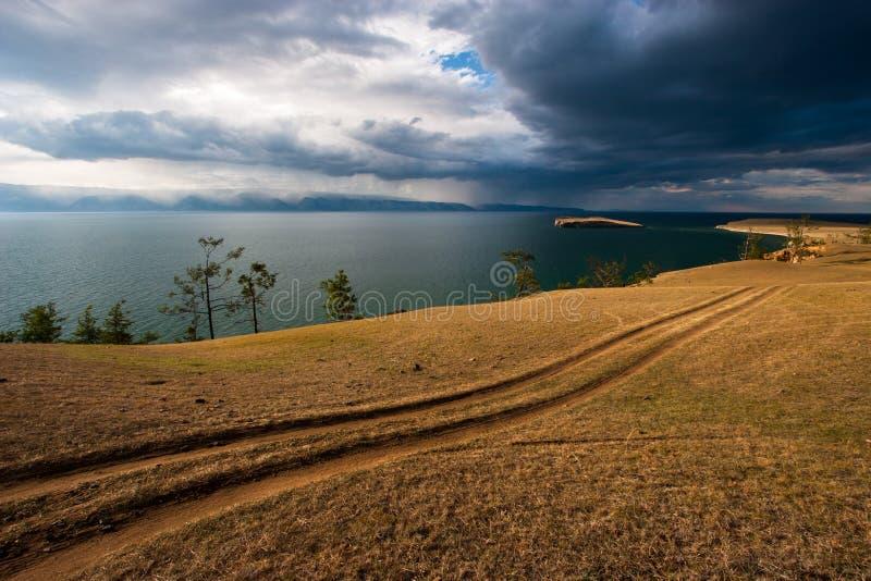 在贝加尔湖岸的干草原路  免版税库存照片