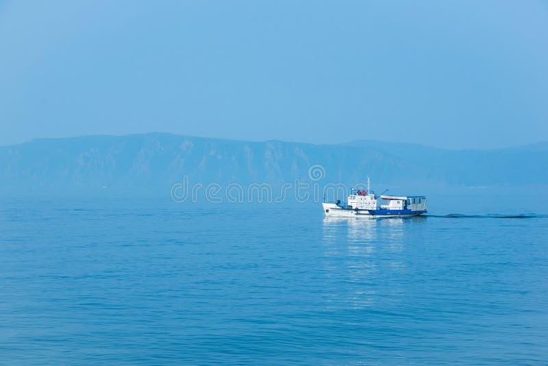 在贝加尔湖的白色船风帆 免版税图库摄影