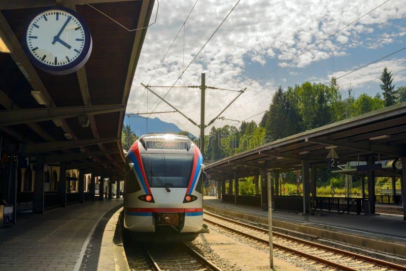 在贝希特斯加登火车站的电车 免版税库存图片