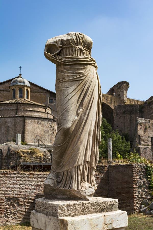 在贞洁在罗马广场,罗马,意大利的议院的罗马雕象 免版税图库摄影