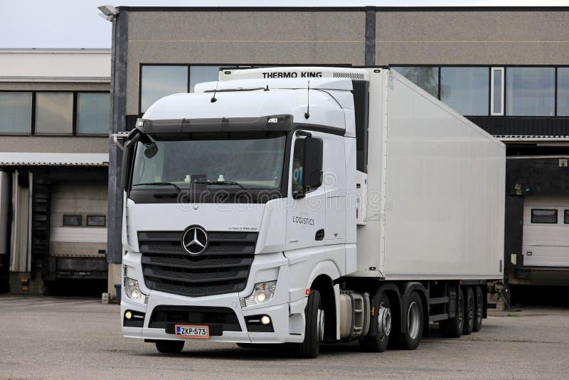 在负荷区的白色奔驰车Actros卡车 免版税库存照片