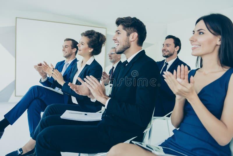 在财务研讨会结束时申请的一组业务人员 免版税图库摄影