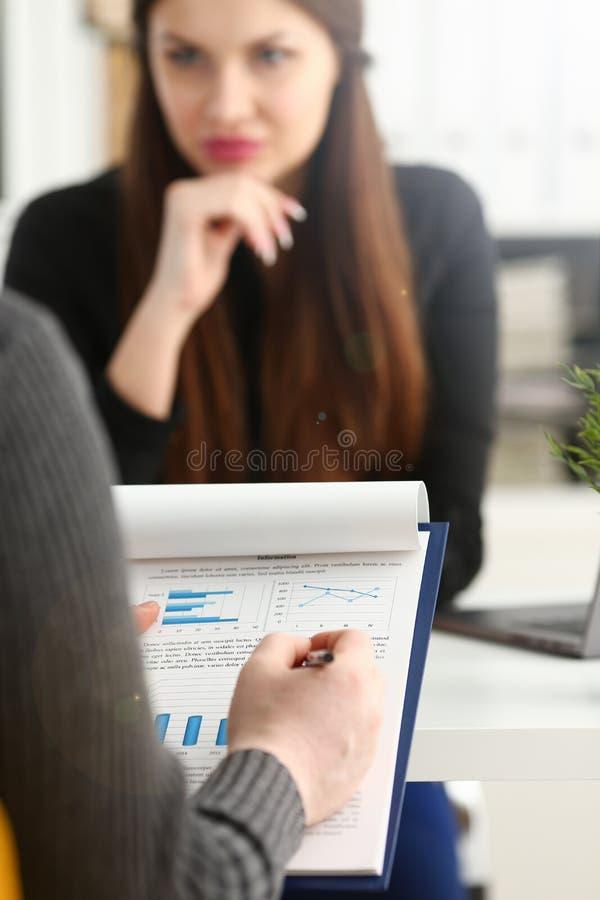 在财政图表的女性武器储备银笔尖 免版税库存照片