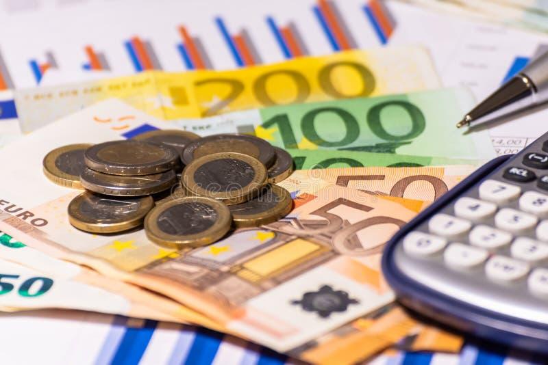在财政报告的企业图与硬币、票据、笔和计算器 免版税图库摄影