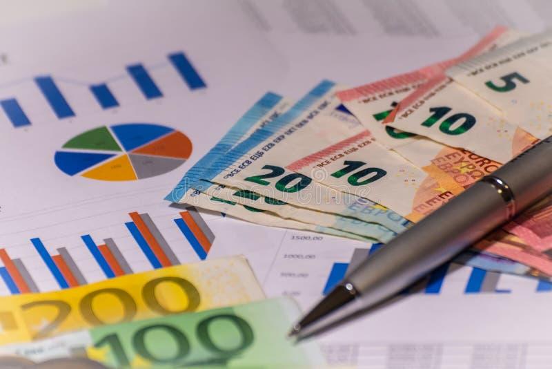 在财政报告的企业图与票据和笔 库存照片