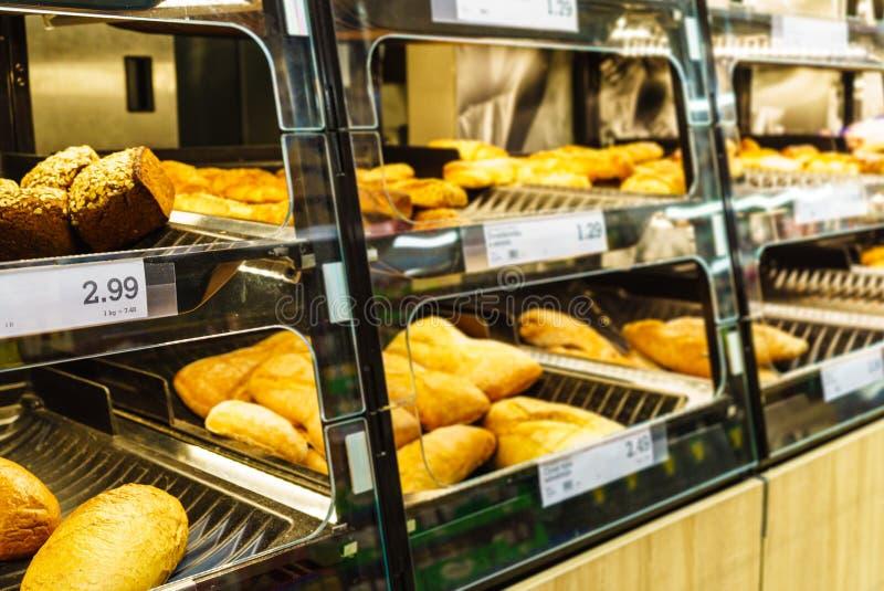 在货架的新鲜面包与价格 图库摄影