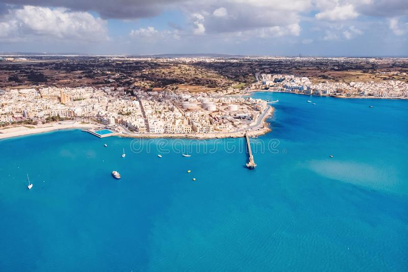在货物自由港城市比尔泽布贾的马耳他空中顶视图 库存图片