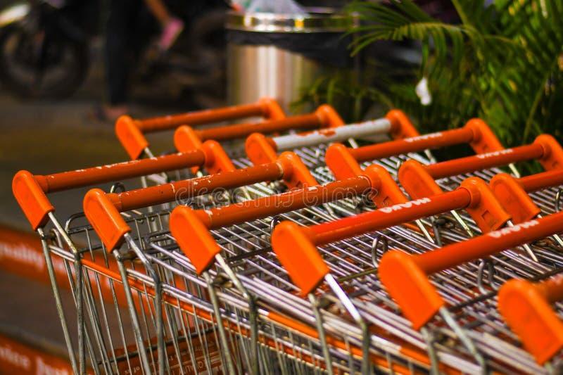 在购物中心特写镜头的橙色篮子 免版税库存照片