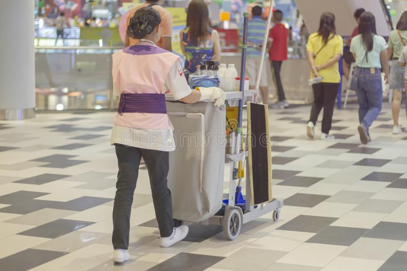 在购物中心的人清洗的地板 库存图片