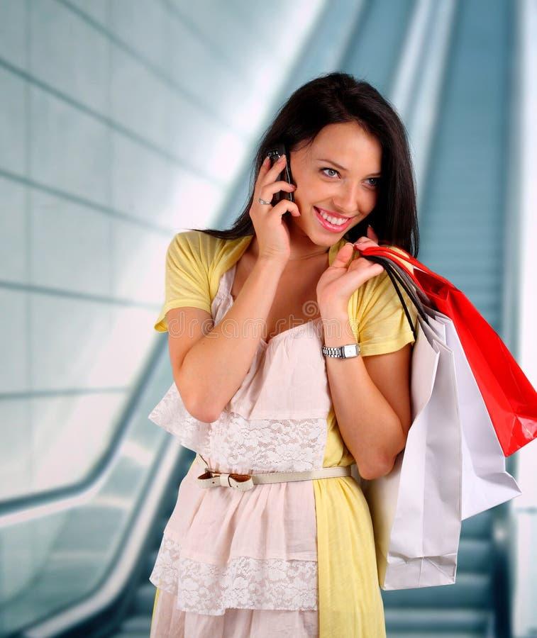 在购物中心的少妇购物 免版税库存图片